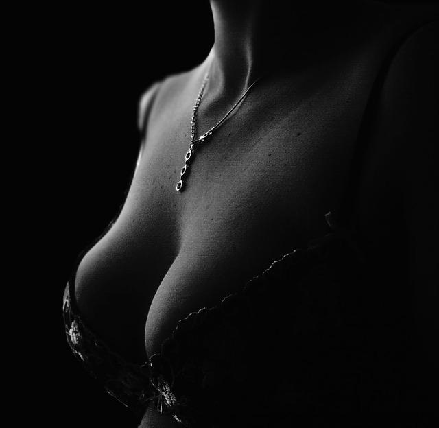 prsa, podprsenka, řetízek
