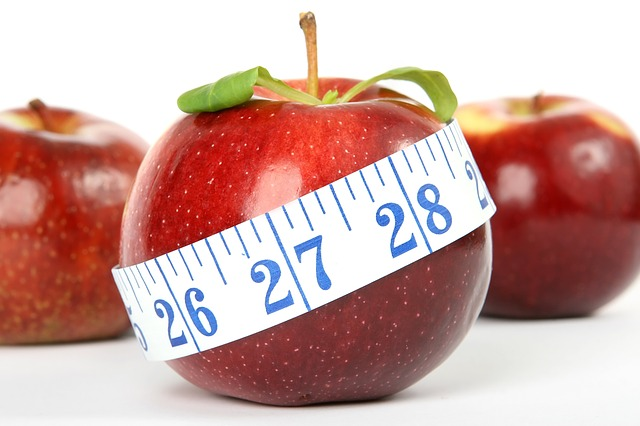 červená jablka, krejčovský metr