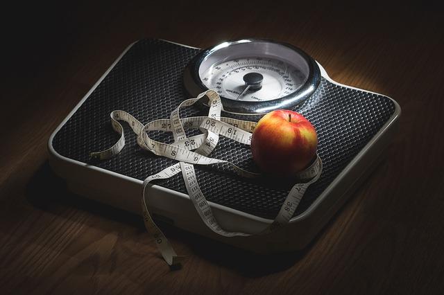 váha, jablko, krejčovský metr
