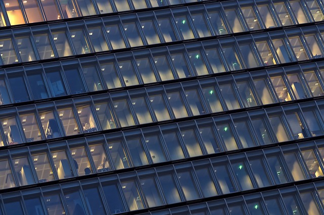 světla v oknech