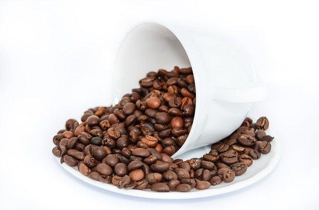 kávová zrna na podšálku