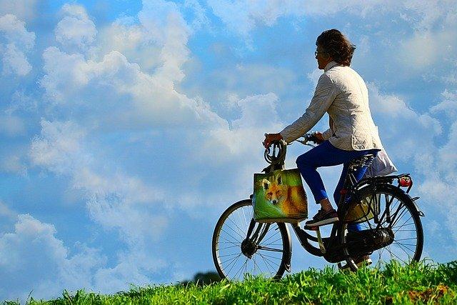 žena na kole po nákupech